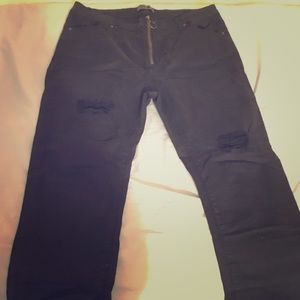 Distressed Black skinny jeans with zipper